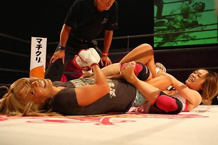 Watanabe (left) & Fujii (right) Exhibition Bout  (Photo Credit: Susumu Nagao)