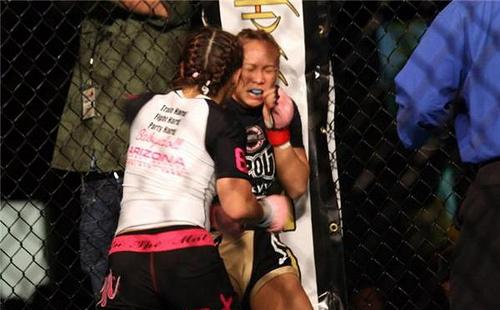 Elena Reid (near) vs Michelle Waterson (far)