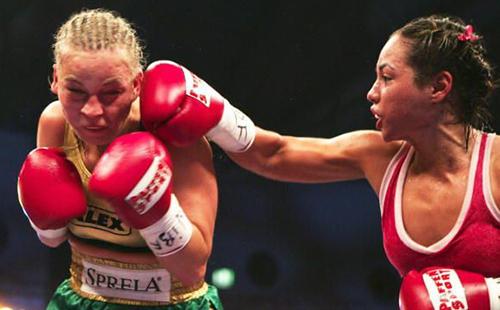 Elena Reid (right) vs Regina Halmich (left)